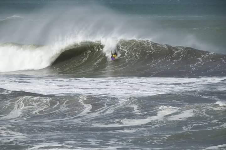 Carina nas ondas de Zumaia